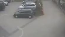 portal parkir merusak mobil