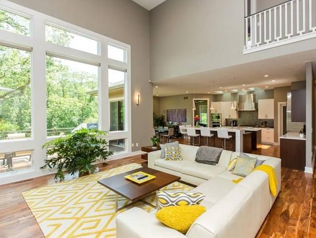 interior ruang keluarga dengan space ruangan yang besar